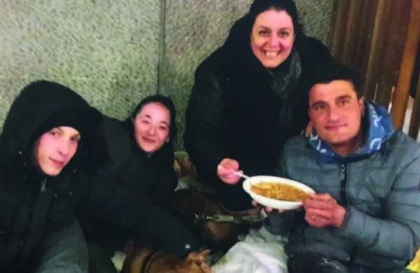 Soraja insieme ad alcuni senza tetto